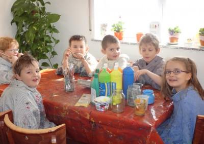 2015-03-13 01 Kindergartenkinder bemalen Ostereier