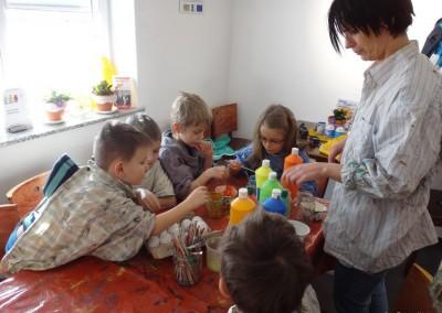 2015-03-13 06 Kindergartenkinder bemalen Ostereier